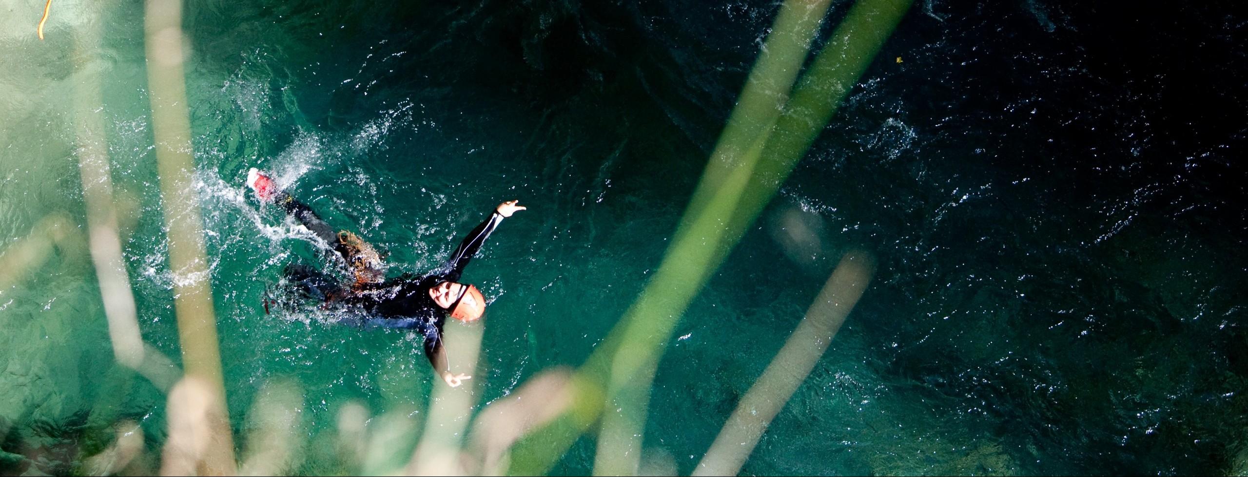 Le canyoning l'été c'est rafraîchissant dans les Hautes Alpes. Plaisir, sensation et fraîcheur en canyon dans le Guillestrois. La montagne avec un guide est une découverte de nouvelles sensations.