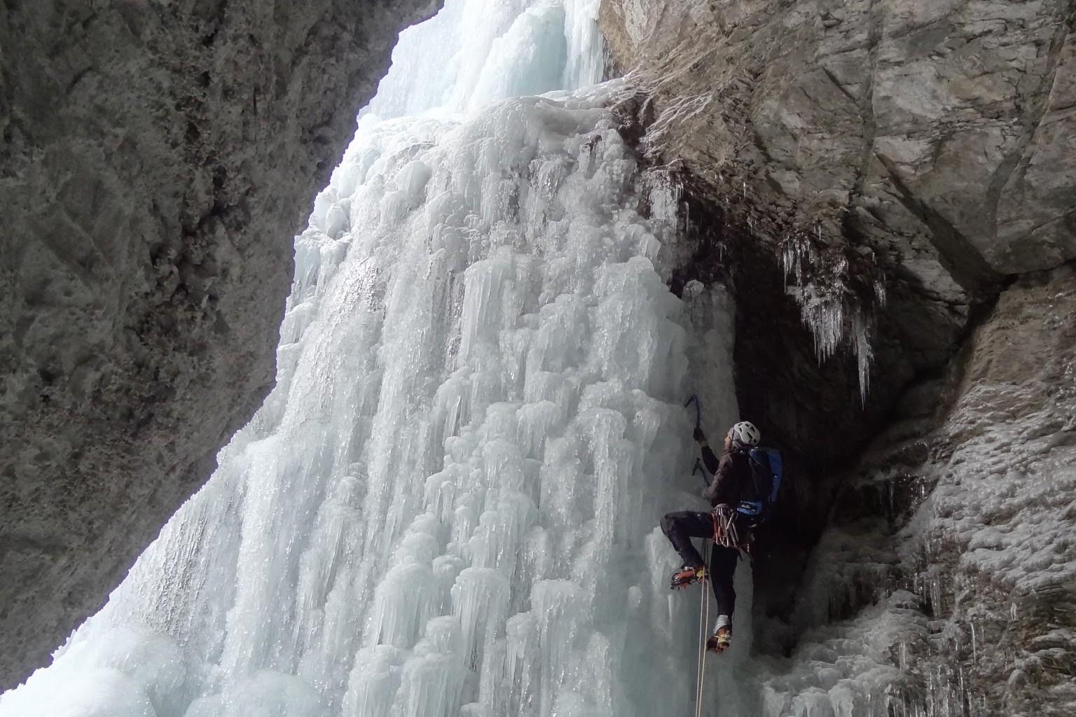 """Le guide de montagne en tête dans la belle cascade de glace """"les formes du chaos"""" sur un beau mur de draperie."""