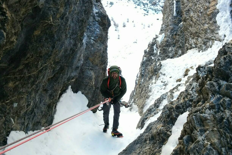 Descente en rappel du guide de haute montagne dans la voie sans peur et sans ces pioches