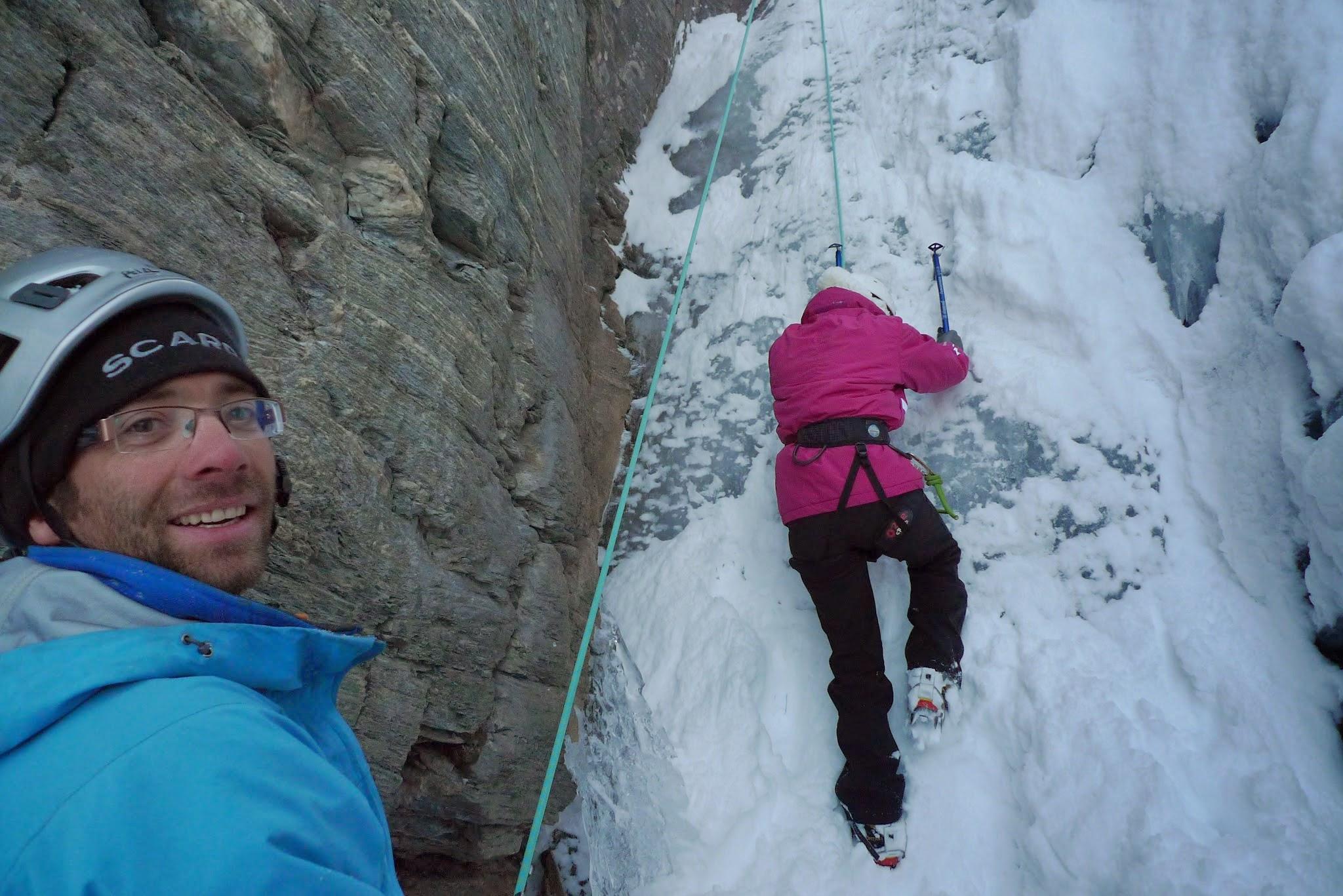 Initiation à la cascade sur glace dans le Queyras avec un guide de montagne