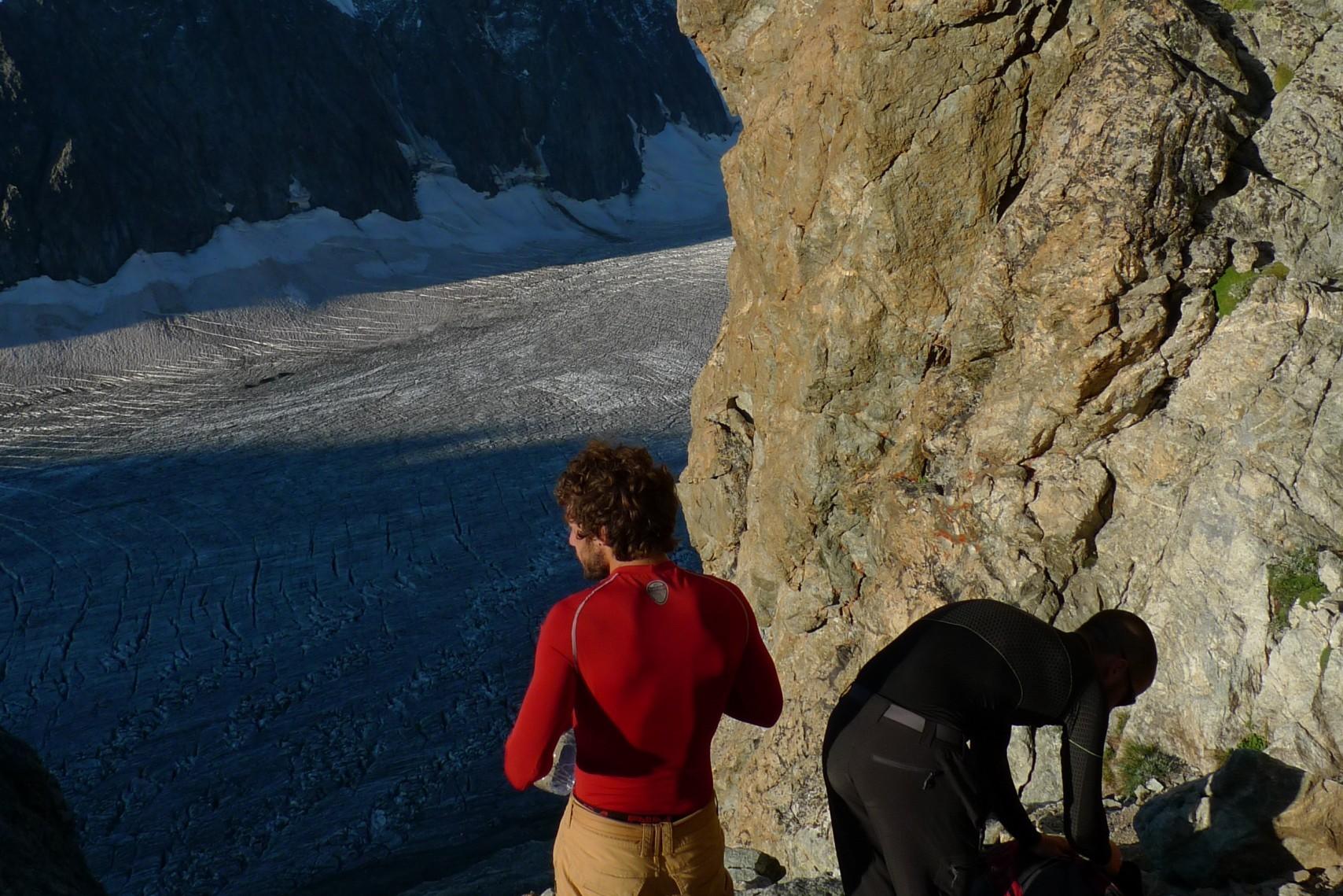 Au pied de l'attaque de l'arete sud du pic du glacier blanc avec mes deux clients.