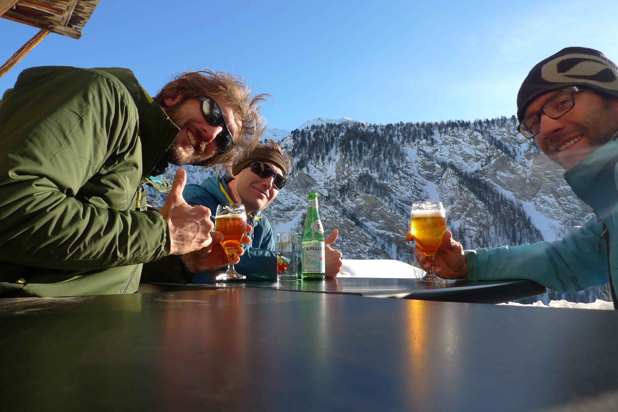 Pause apéro après une journée de ski de randonnée dans le massif du Queyras avec un guide de montagne
