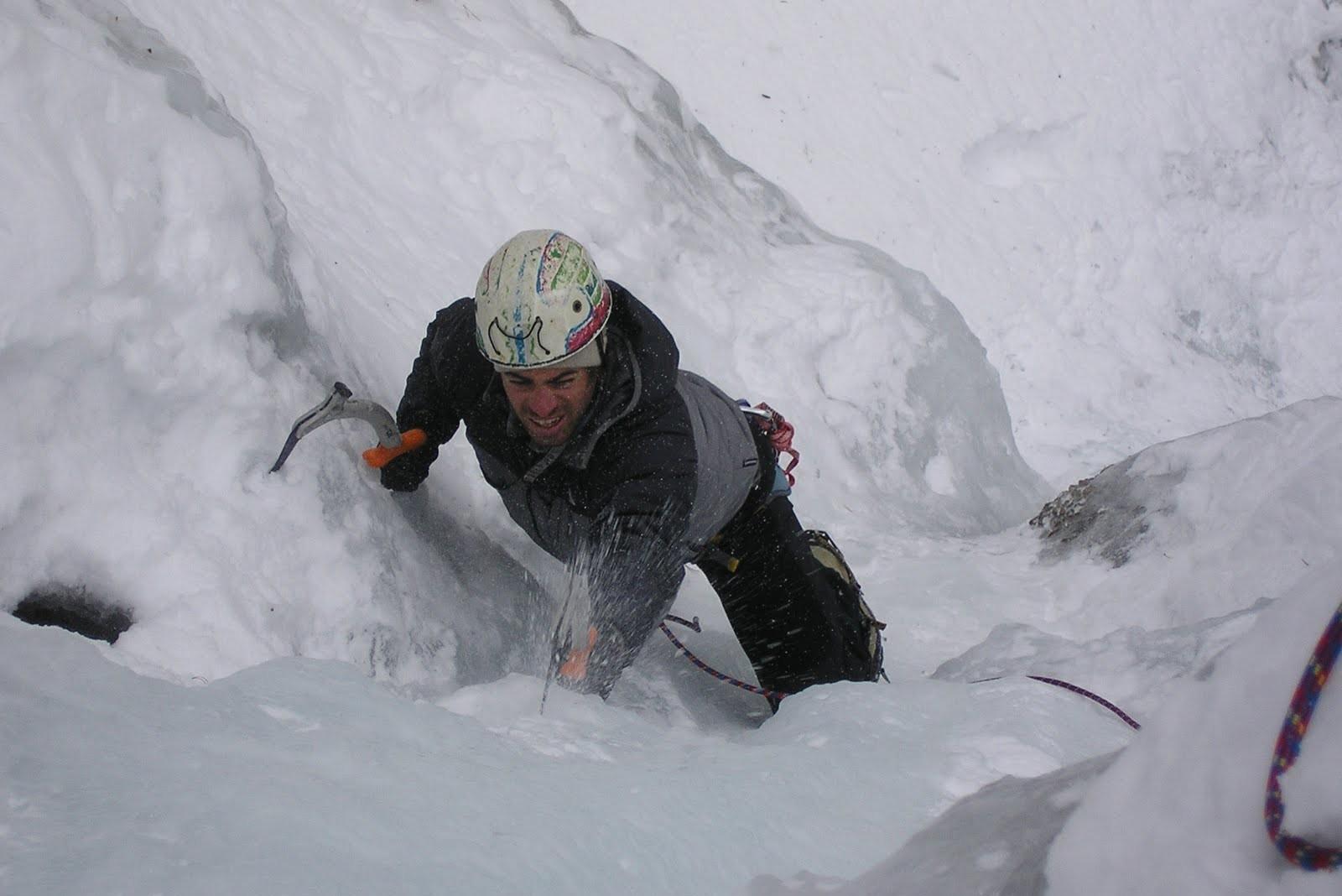 Cascade de glace initiation journée dans la vallée du val d'escreins au dessus de Guillestre sur la route de Vars dans les Hautes Alpes