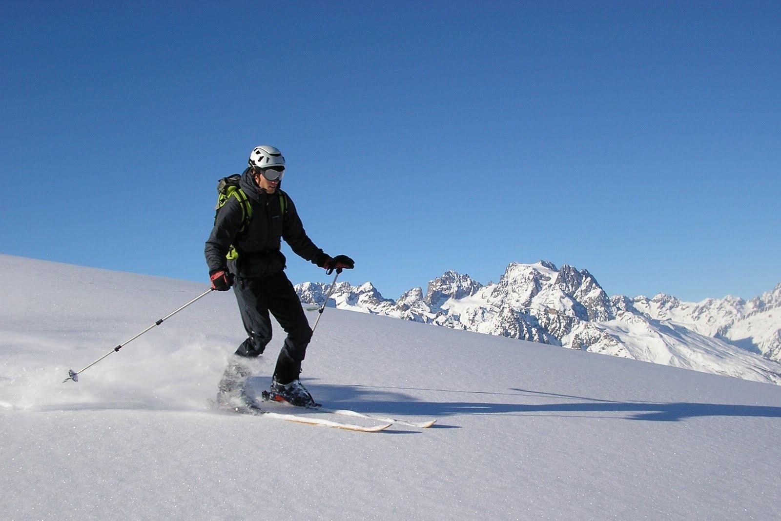 Client en hors piste sur la station de puy saint vincent dans le massif des Écrins.