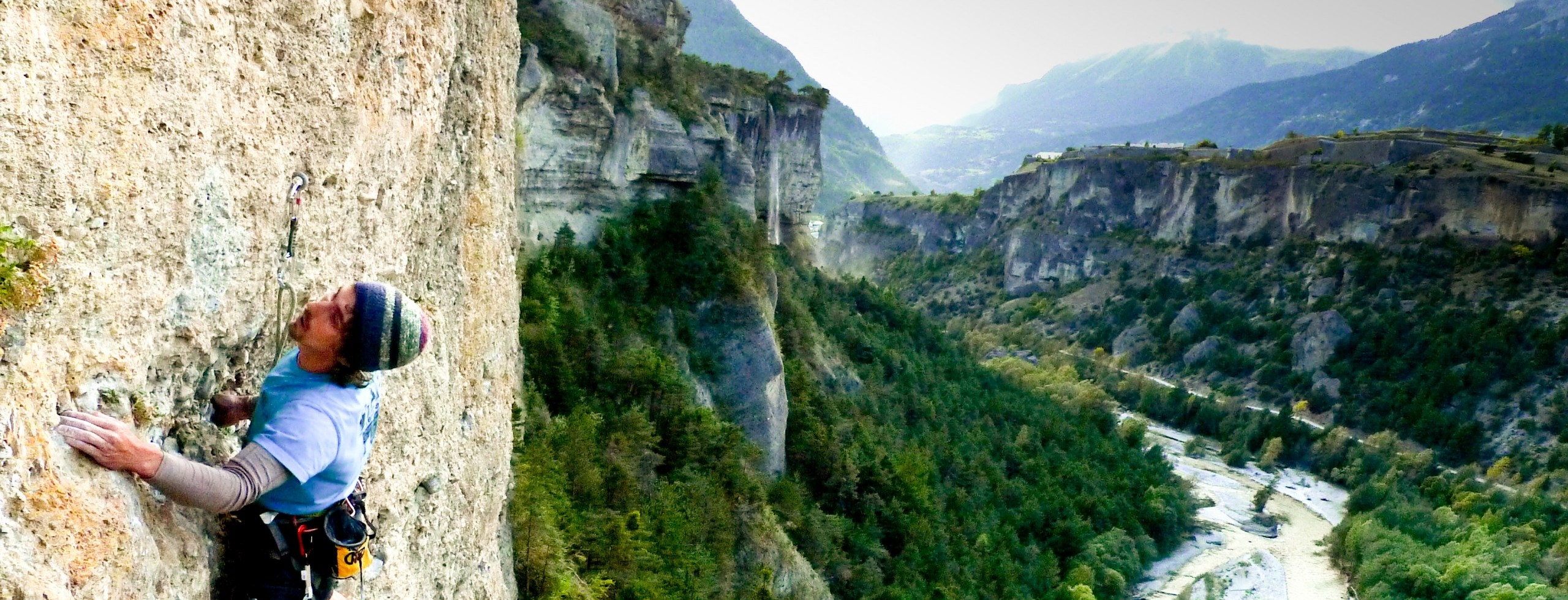 L'escalade autour de guillestre est multiples. Grande voie dans la vallée d'ailefroide, escalade de bloc au pied du massif des Écrins,, il y en a pour tout les goûts.