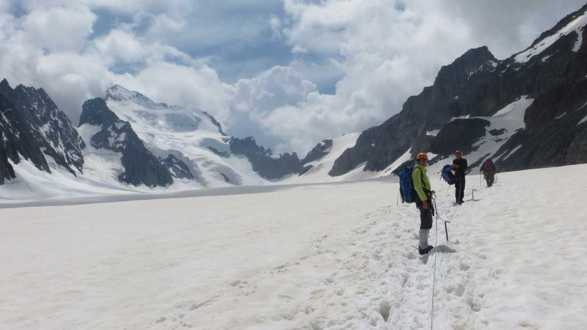 Sur le chemin du refuge des ecrins avant l ascension de la voie normale de roche Faurio avec un guide de haute montagne