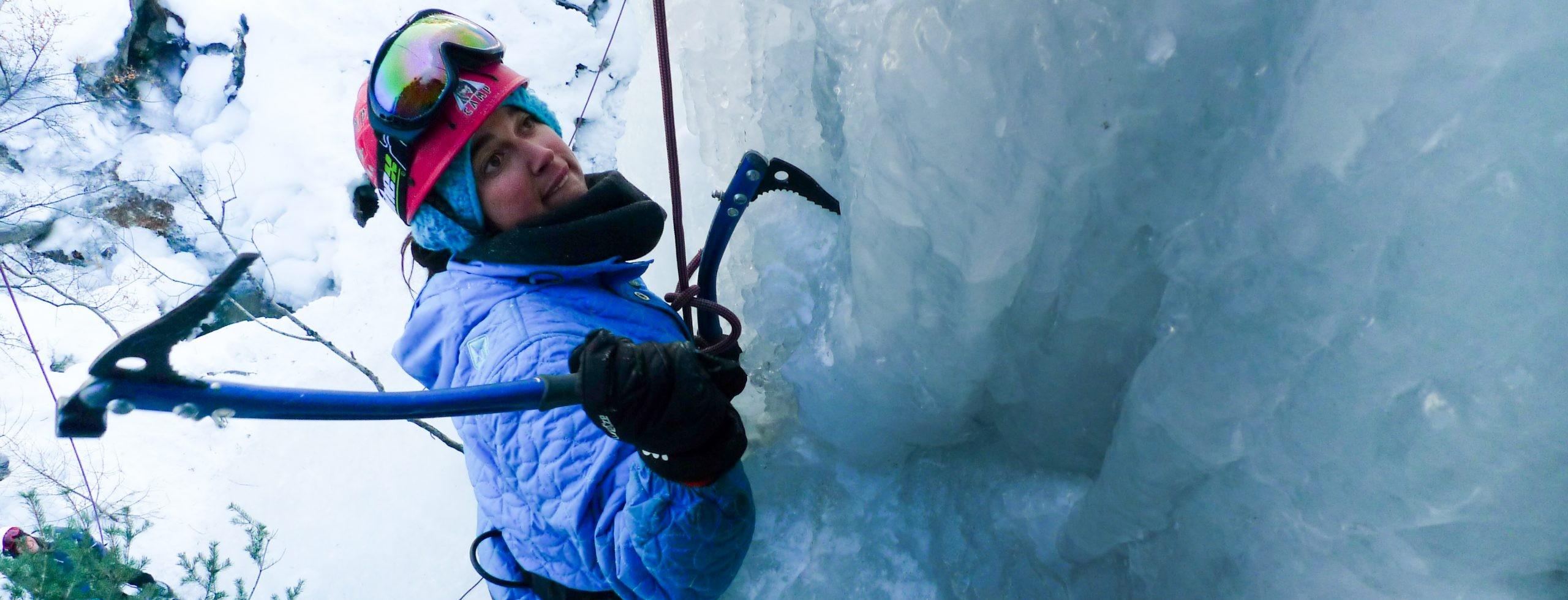 Cette initiation à l'escalade de glace se déroule à Aiguille en Queyras. Les Hautes Alpes est un spot majeur pour la cascade de glace. Votre guide de haute montagne connait chaque cascade, il vous guidera sur ces belles structures de glace.