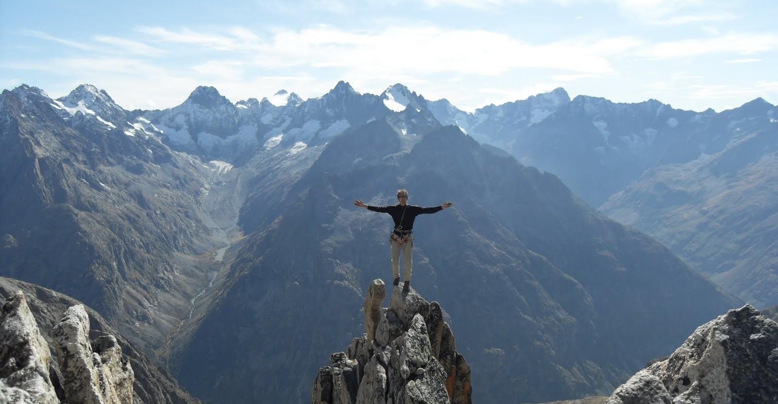 Guide de montagne au sommet de l'aiguille de la dibona sur son arête