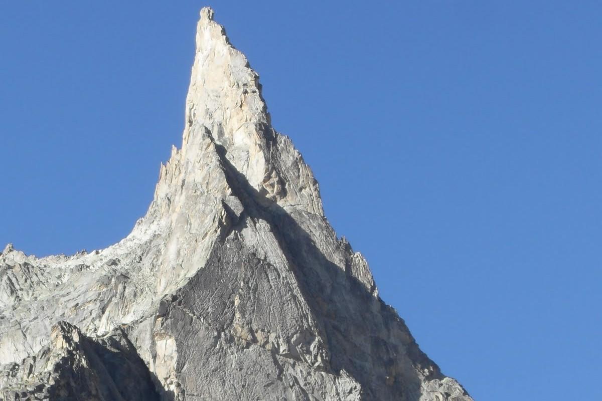 Aiguille de la dibona et le refuge du soreiller dans le massif de l'oisans