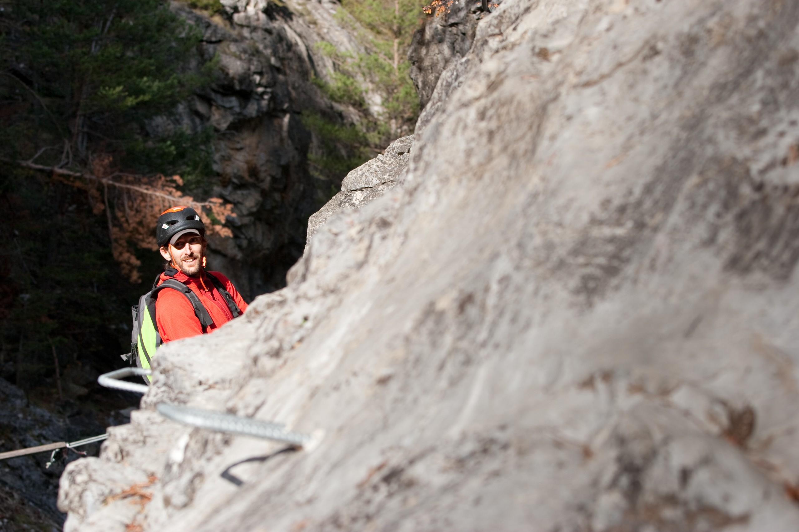 le guide de haute montagne dans la via ferrata de chateau queyras