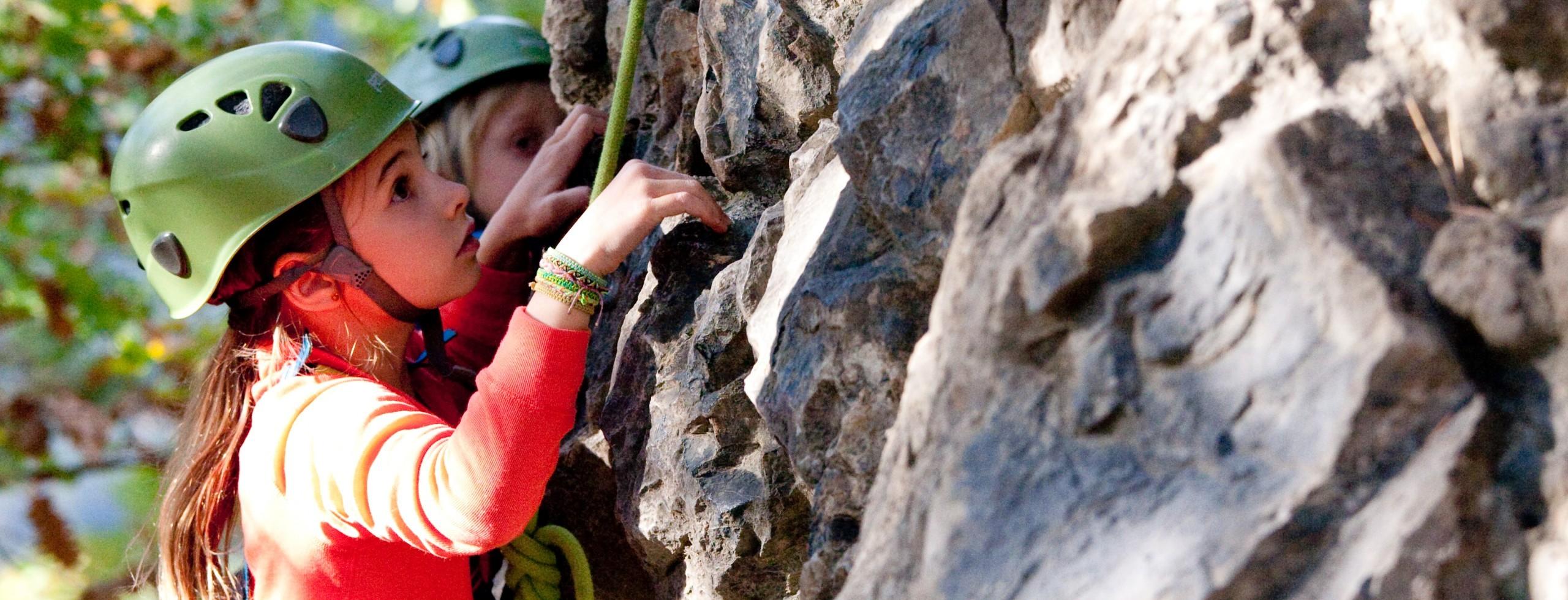 Séance d'escalade avec des enfants dans les Hautes Alpes à l'entrée du massif du Queyras. Une initiation escalade assuré par un guide de montagne.