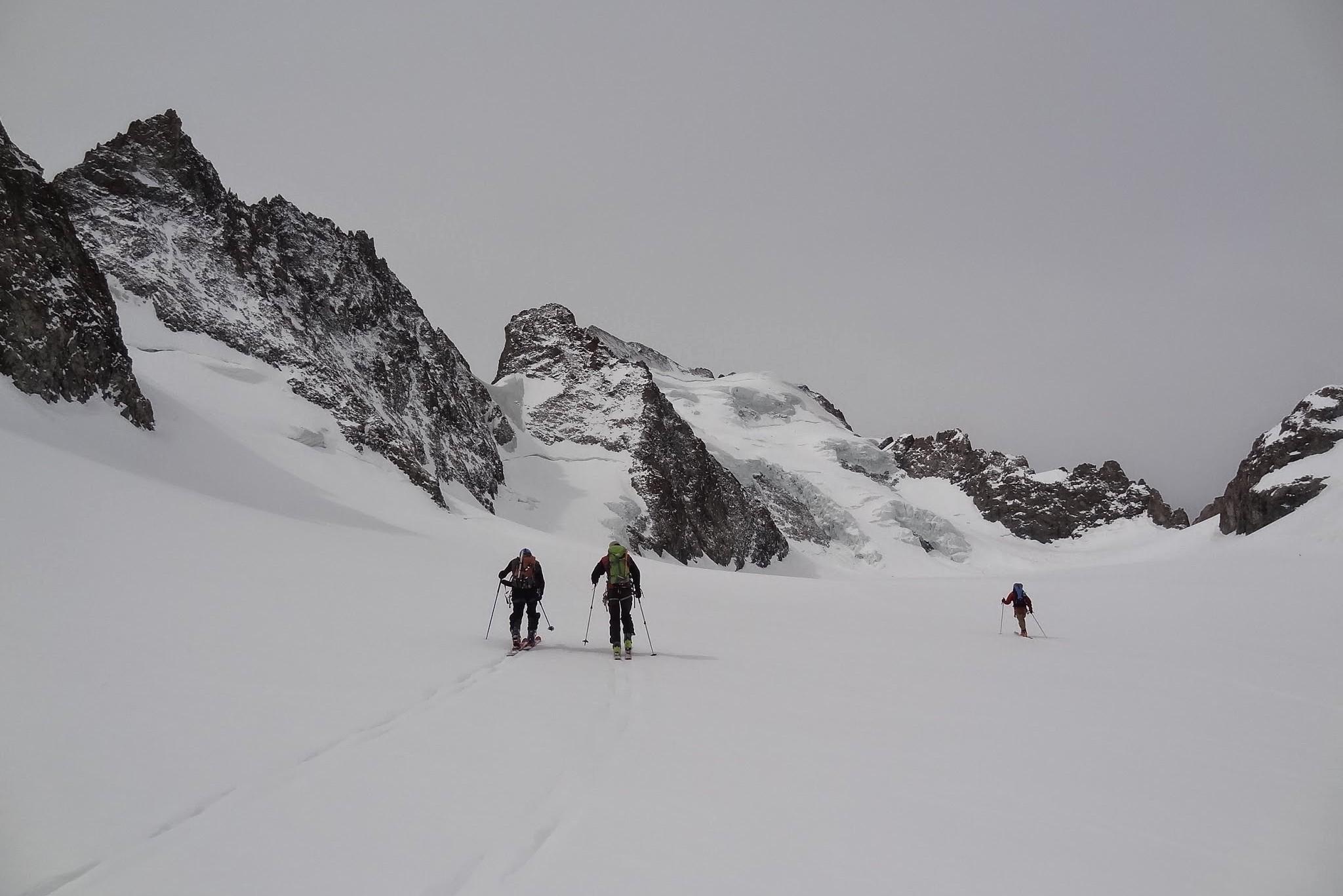 Lapproche en ski de randonnée sur le glacier blanc avant d atteindre le col de la grande sagne.
