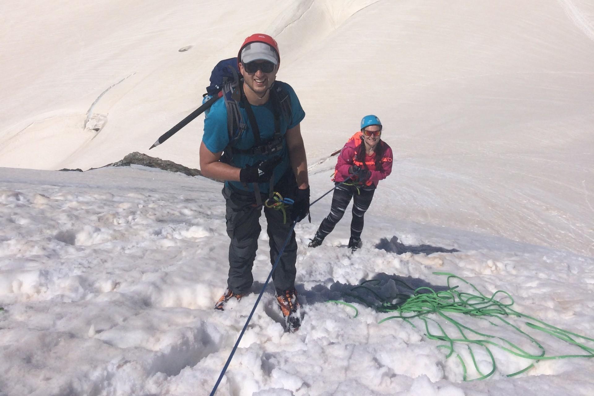 Le guide de haute montagne descend ces clients en moulinette d une pente raide sous le col de la Girose.