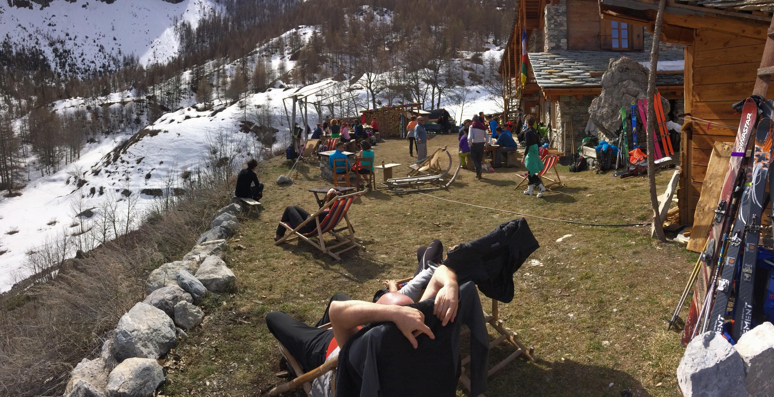 Pause au refuge durant un raid à ski dans le Val Maira