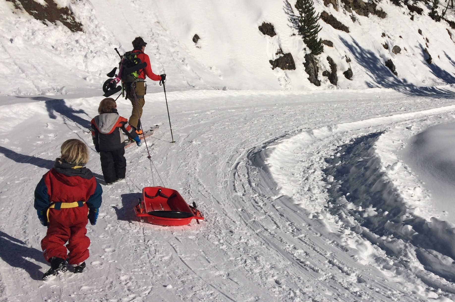 ski de randonnée avec un guide de montagne pendant l'ascension du col de l'Isoard à Arvieux dans le Queyras