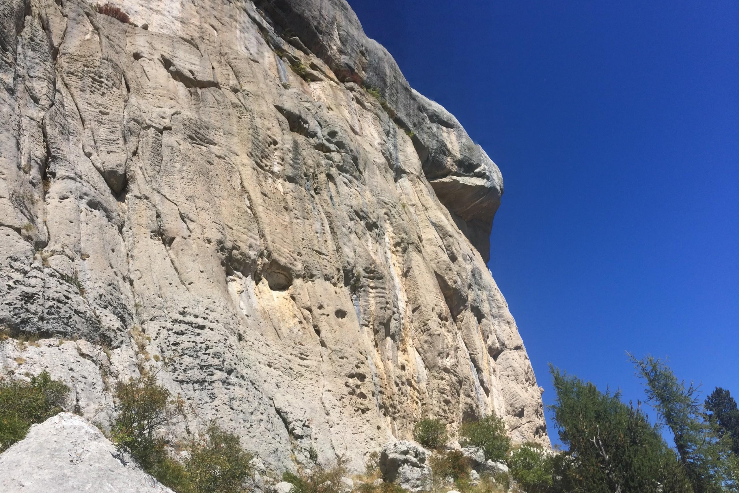 On apercoit en haut à droite de la falaise la traversée de Natilik sur la falaise de Céüse.