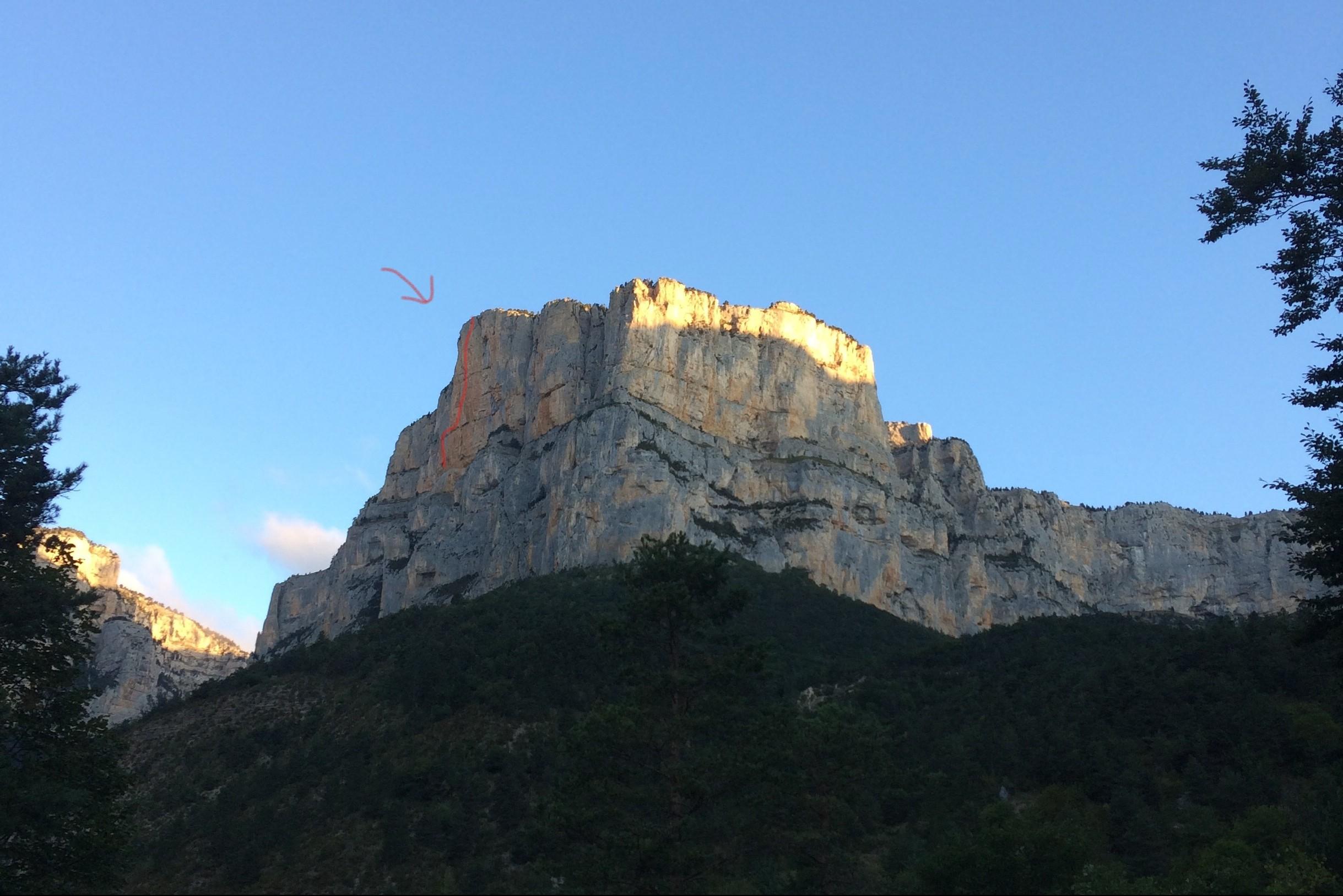Vue du rocher darchiane et de ola paroi rouge dans la Drôme. Une grande voie mythique.