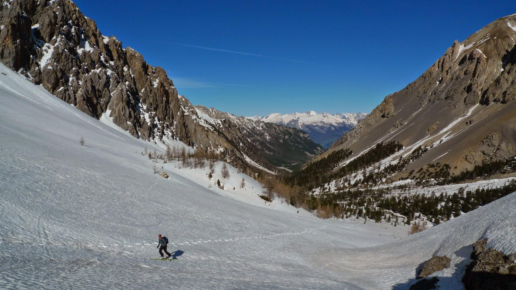 Nous remontons le vallon du val escreins en ski de randonnée.