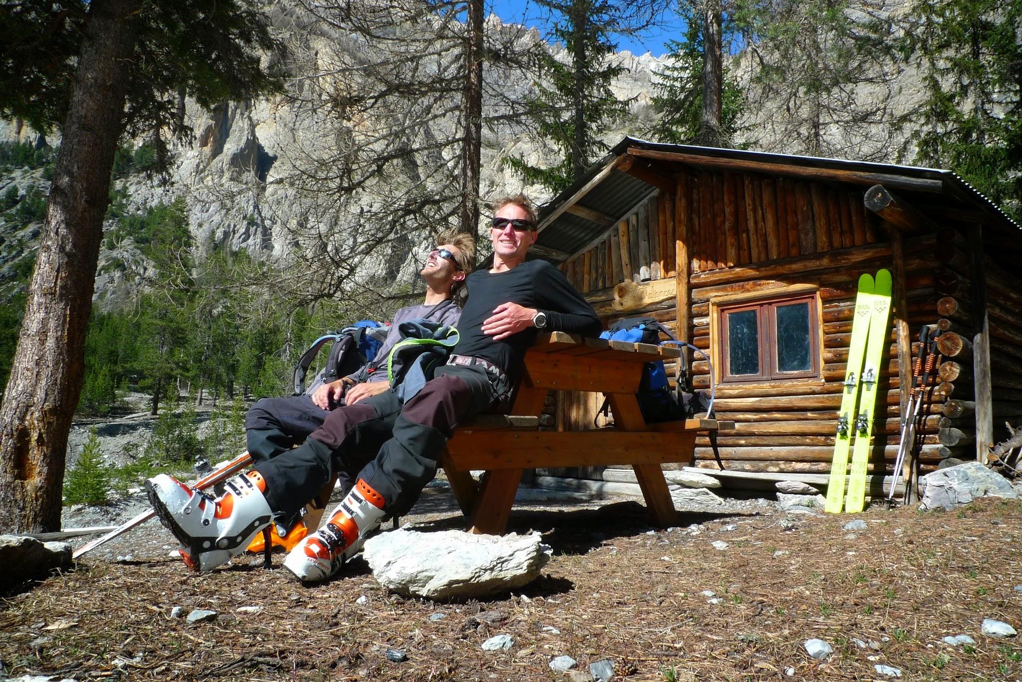 Pause à la descente devant la cabane après une belle journée de ski de randonnée.