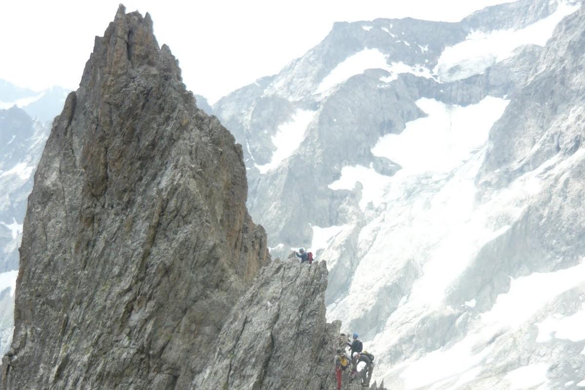 Une cordée avec leurs guide de montagne sur l arête des dents de coste couniers dans le vallon des Bancs.