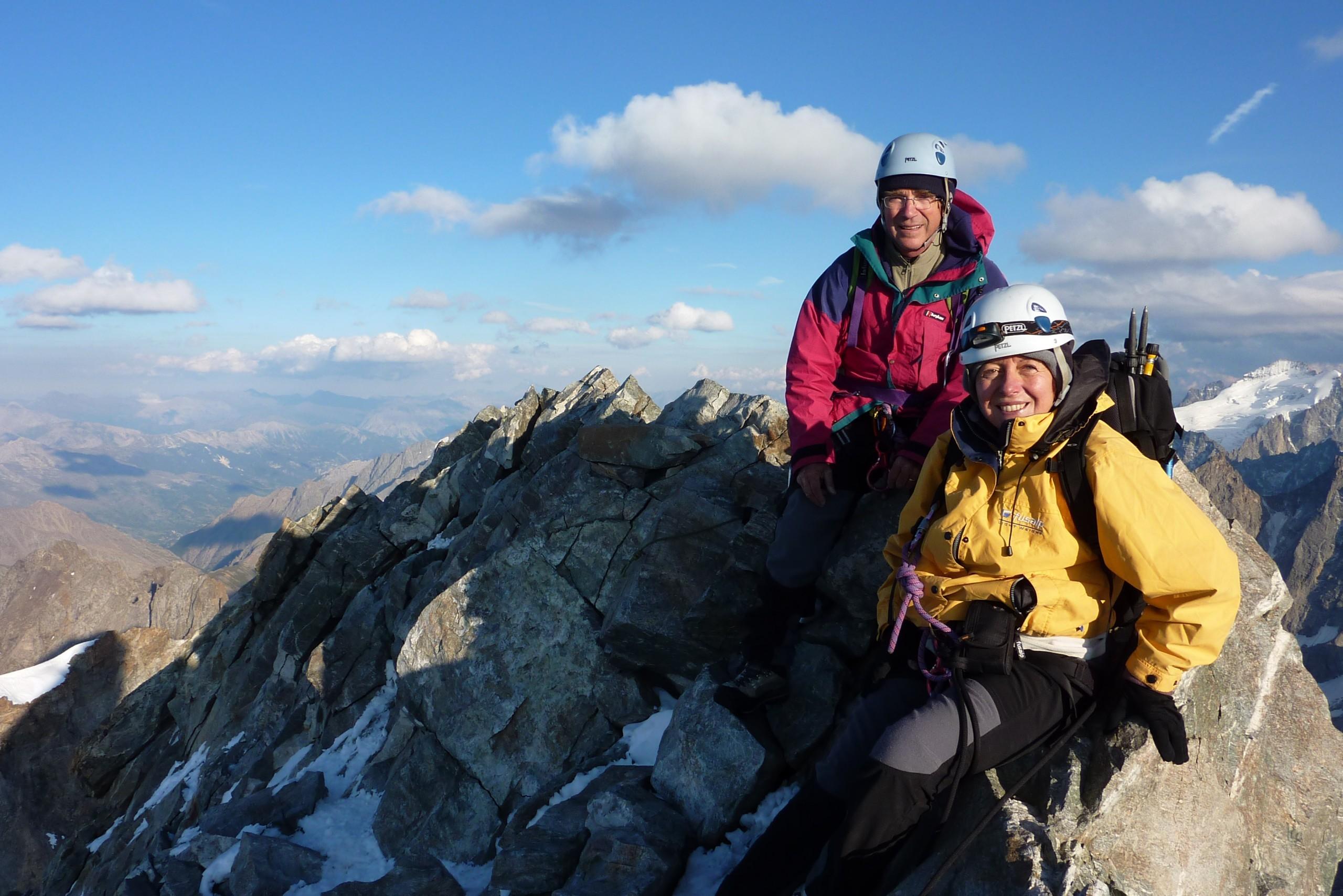 Sommet du doigt de Dieu lors de la traversée de la meije. Le guide de montagne prend les photos.