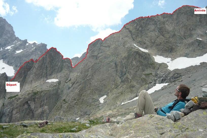 Le guide de haute montagne contemple l arête des dents de coste counier après sa traversée avec elodie.