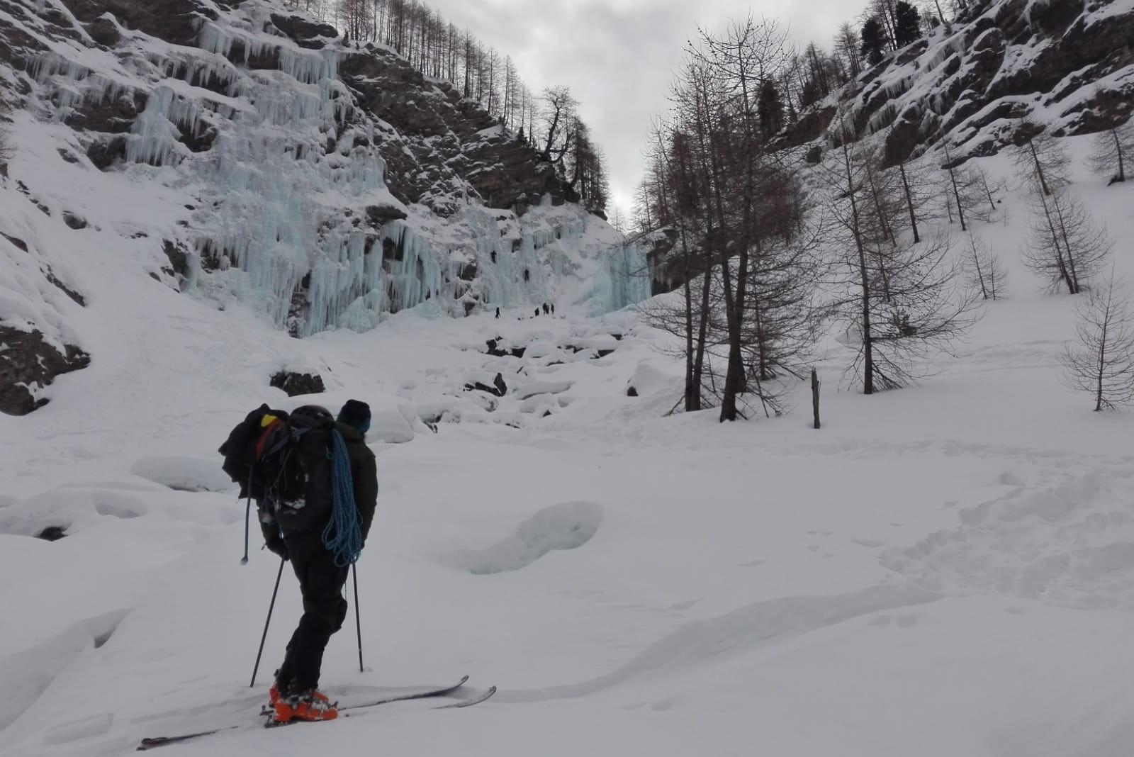Cascade de glace de Razis à Crévoux avec une approche en ski de randonnée