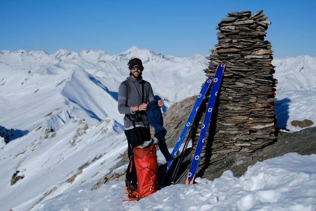 le guide de haute montagne au sommet du pic du fond de peynin en ski de randonnée