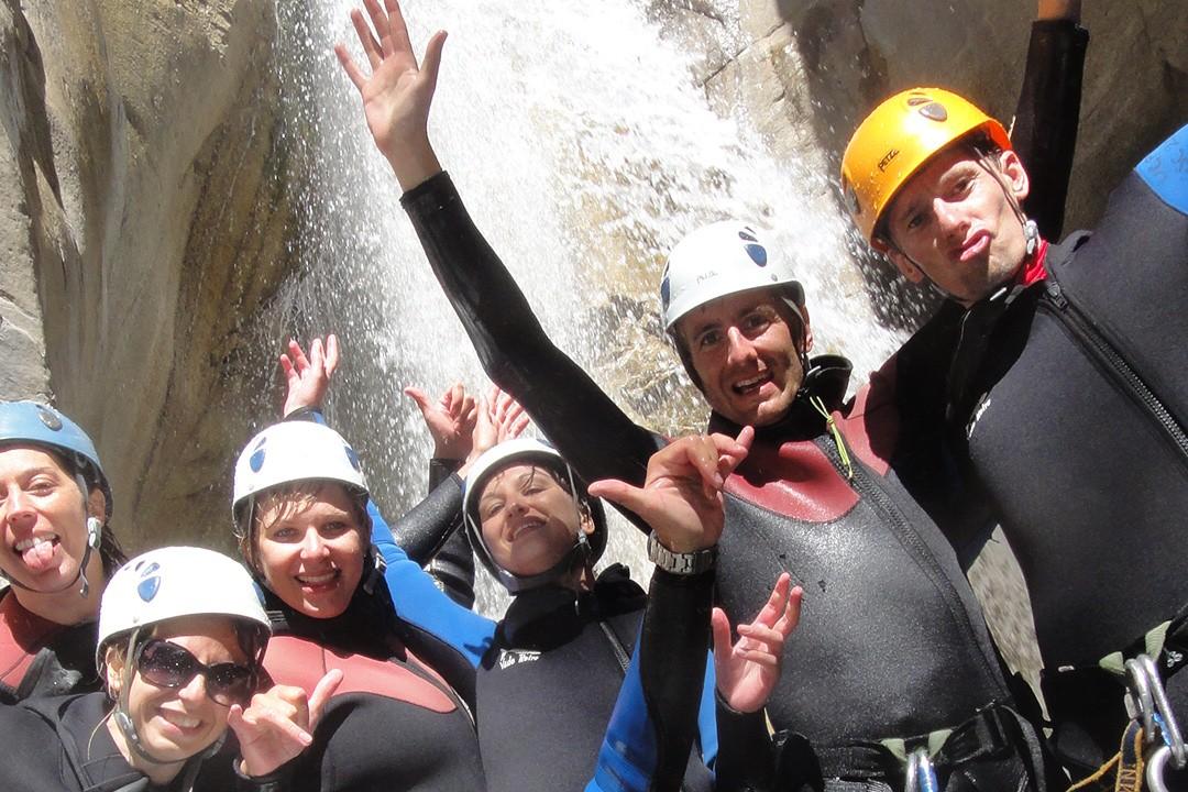 Le groupe s'éclate dans le canyon des Acles au cours du stage escalade multi-activités