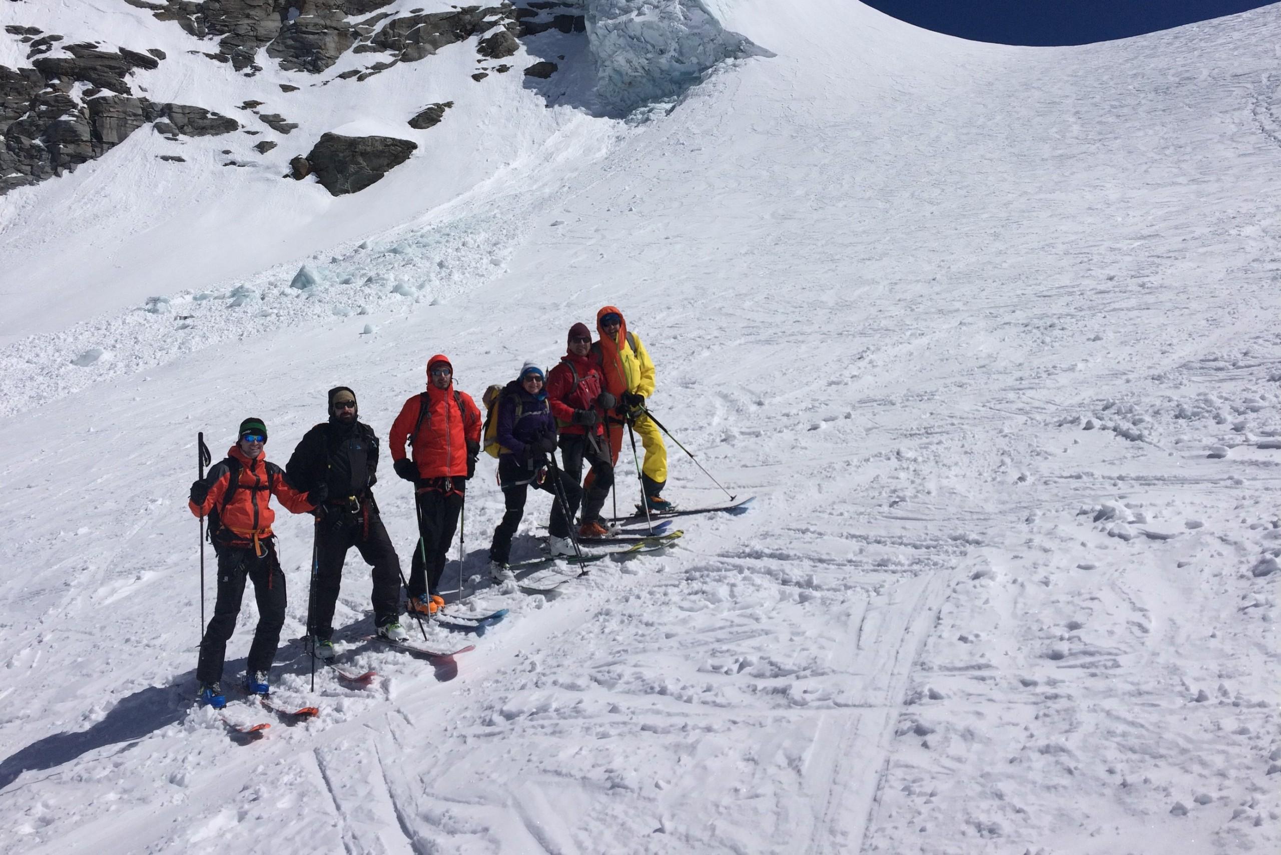 Le groupe sous les séracs du grand Paradis pendant le tour en raid à ski