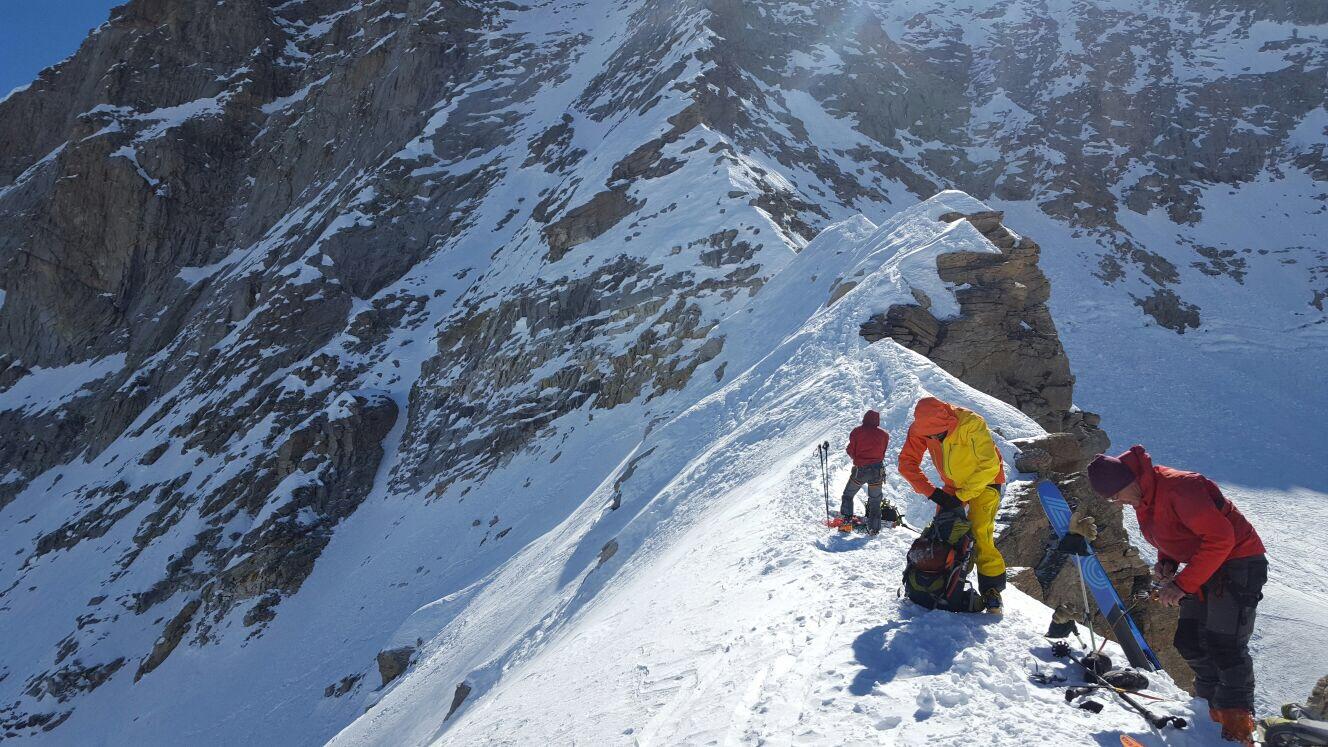 Tour du grand paradis en raid à ski sur l'arête neigeuse