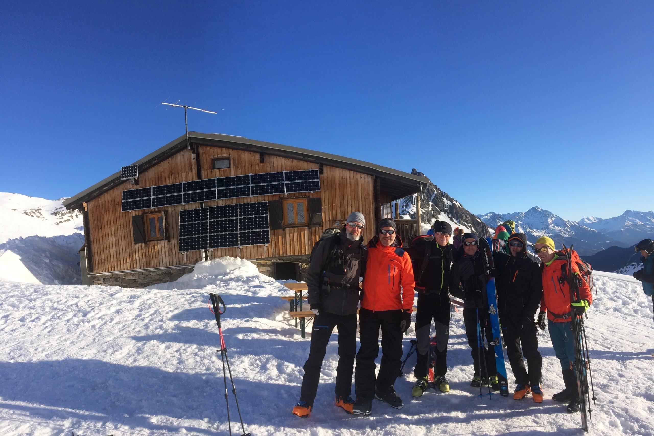 Le groupe et le refuge du Mont Thabor pendant un raid à ski dans les Cerces