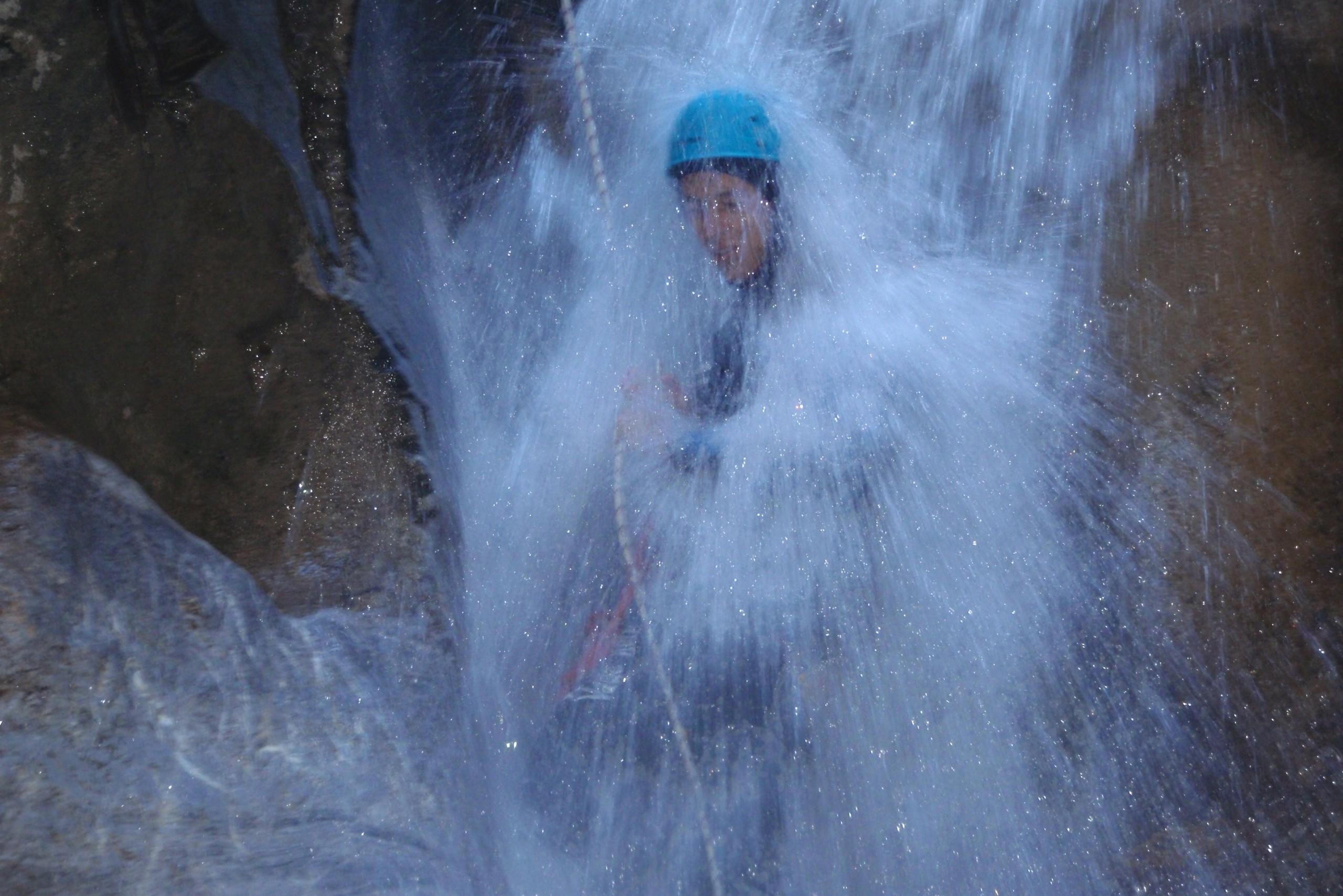 Descente en rappel sous une cascade dans le canyon des Acles