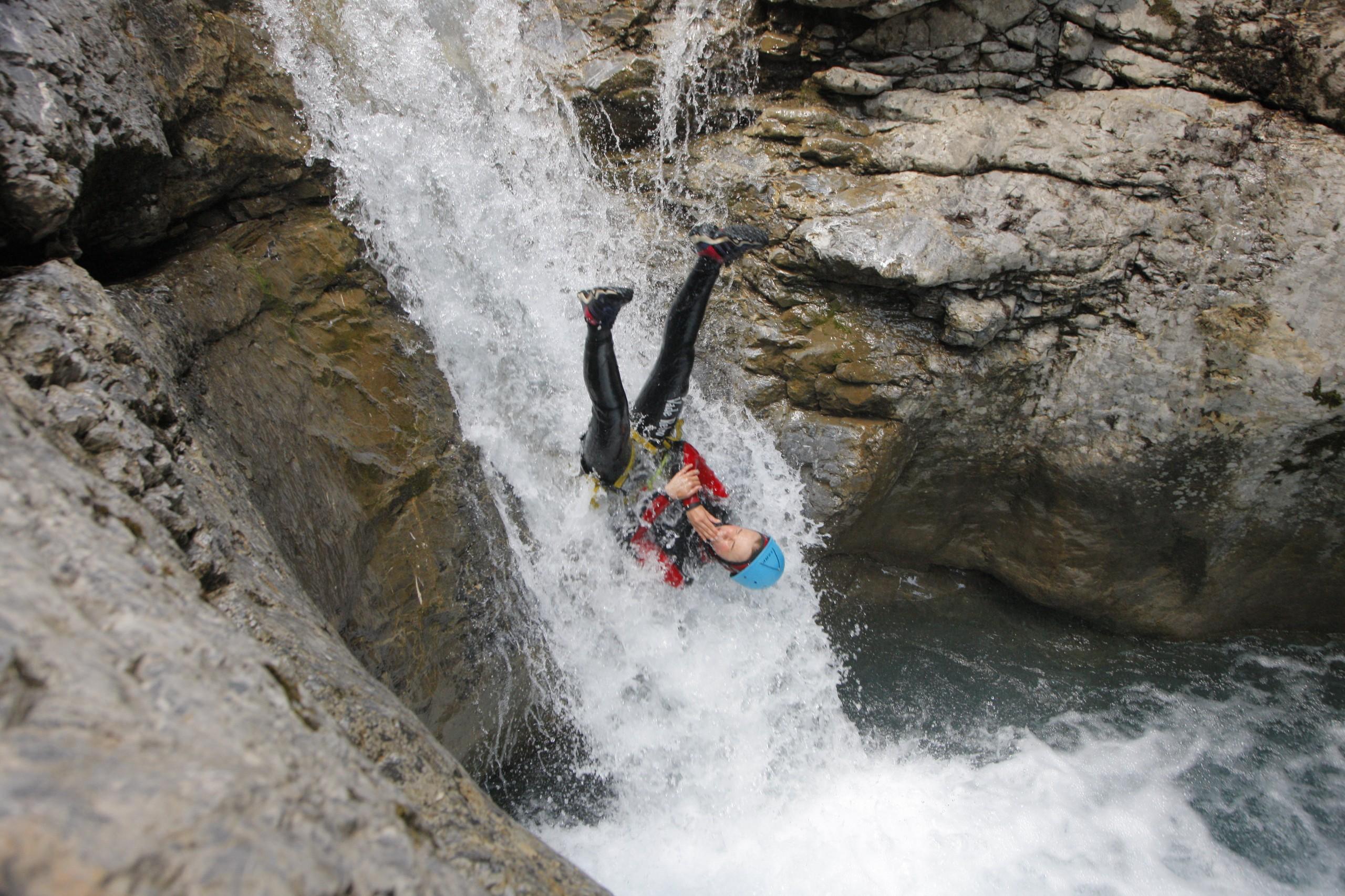 Toboggan à l'envers dan sle canyon ludique le Fournel dans les Écrins