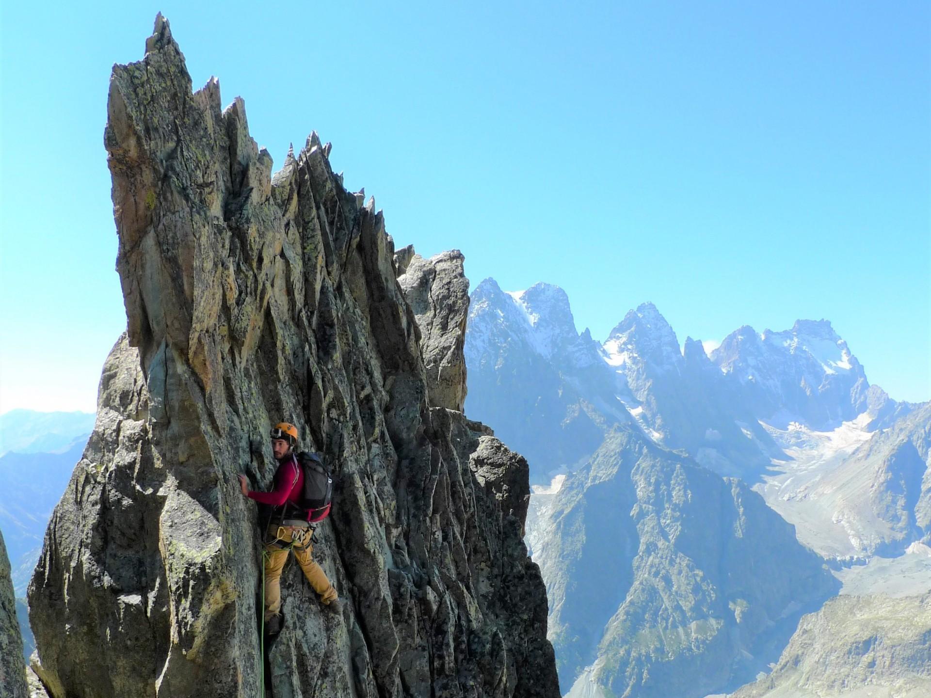 le fil tranchant des Arêtes des Cinéaste au-dessus du cirque du Glacier Blanc