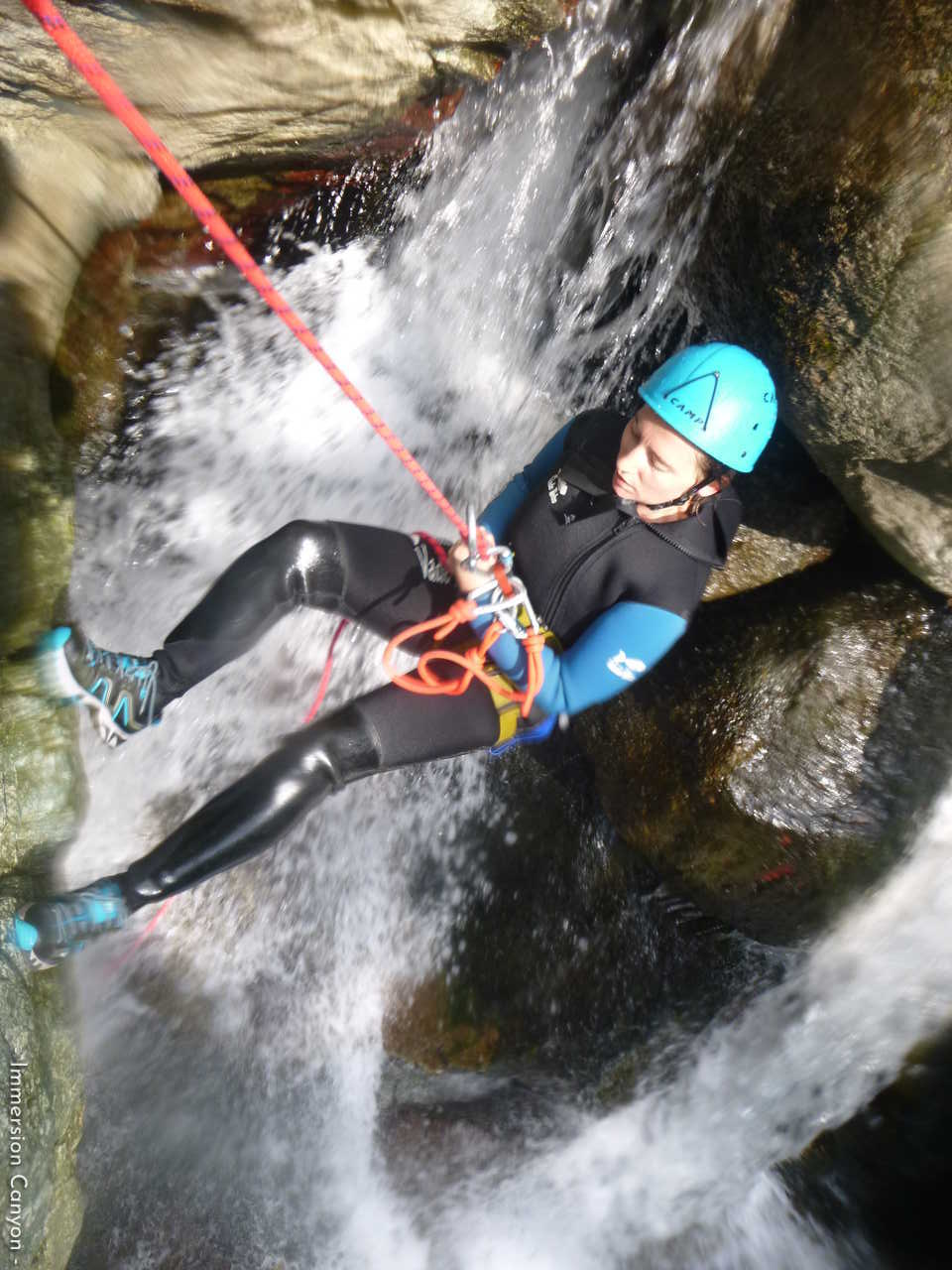 Rappel aquatique dans le canyon de Caprie en Italie