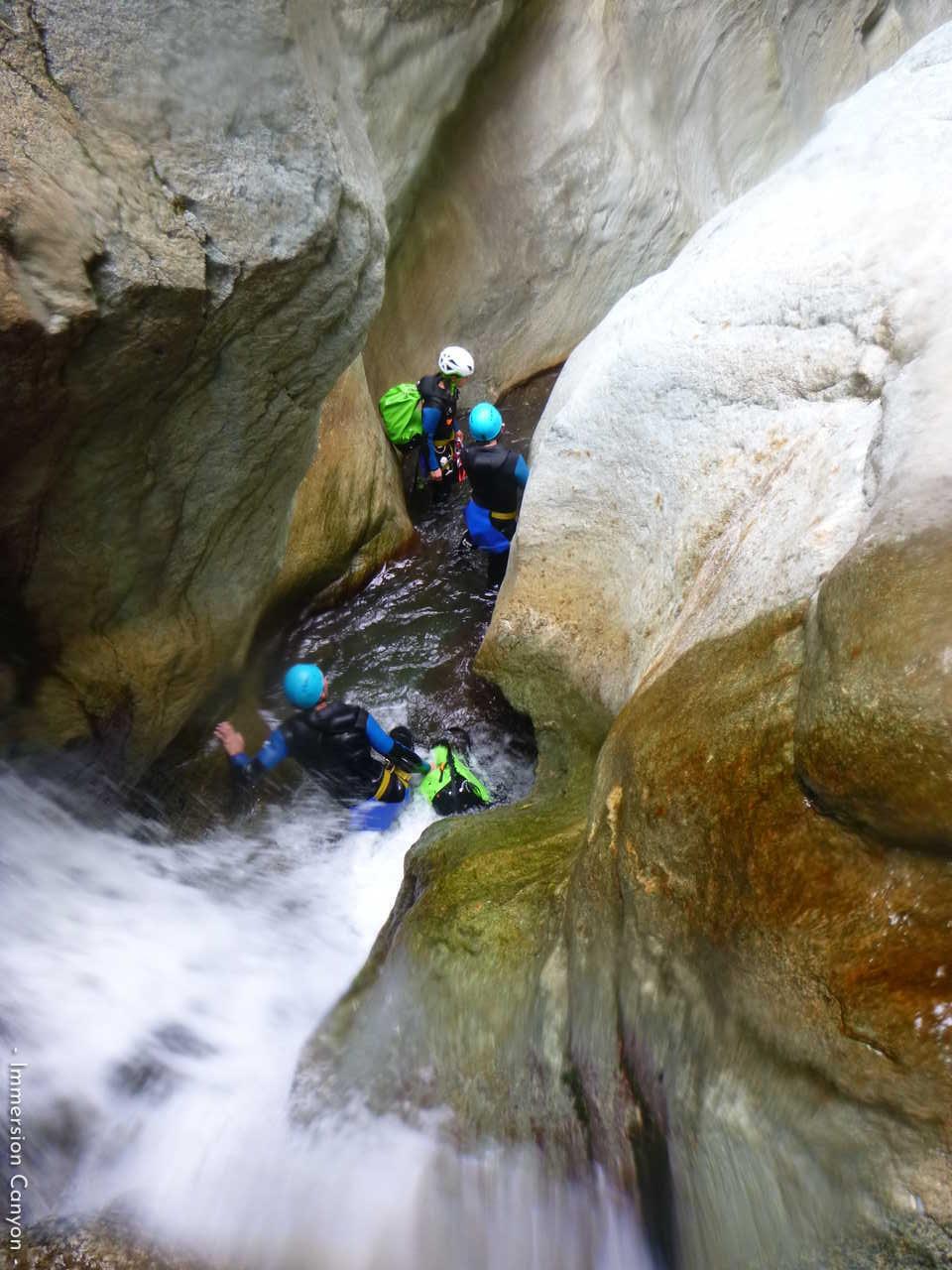 Sauts, toboggans et rappels dans le canyon de Caprie en Italie