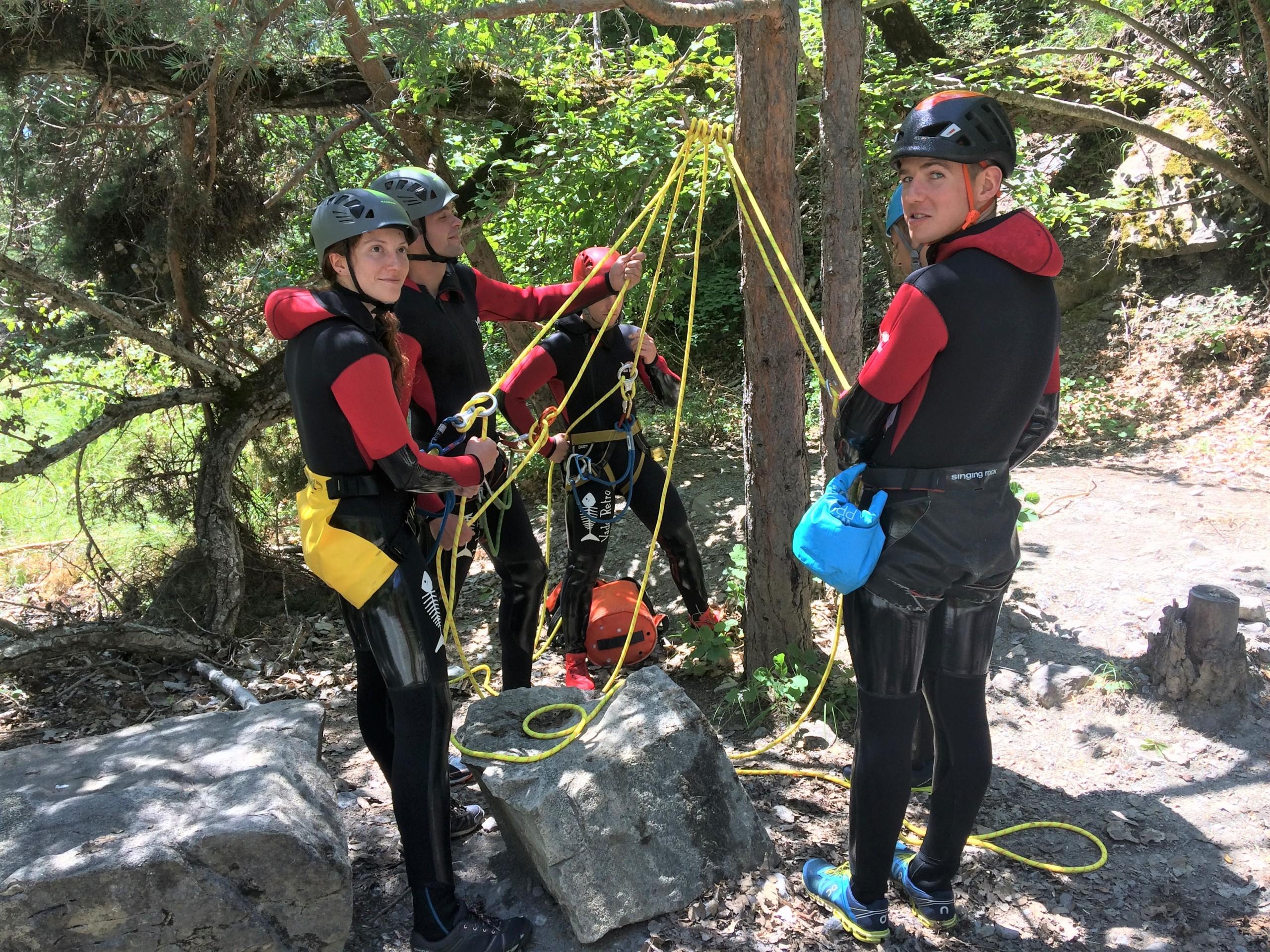On apprend les techniques de rappels en stage canyoning