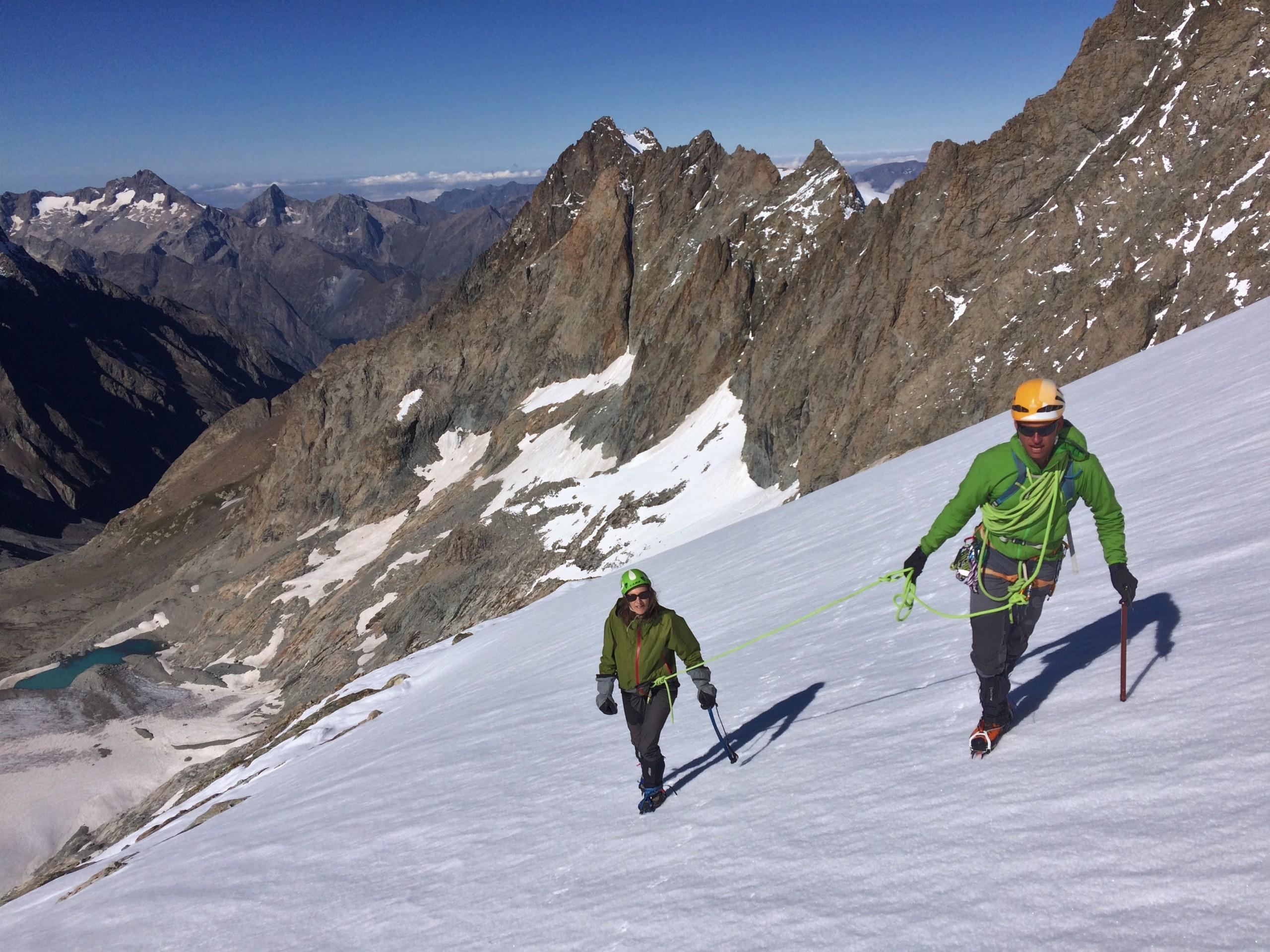 Dans le spentes de neige à l'approche du sommet du Râteau Est par son arête Sud