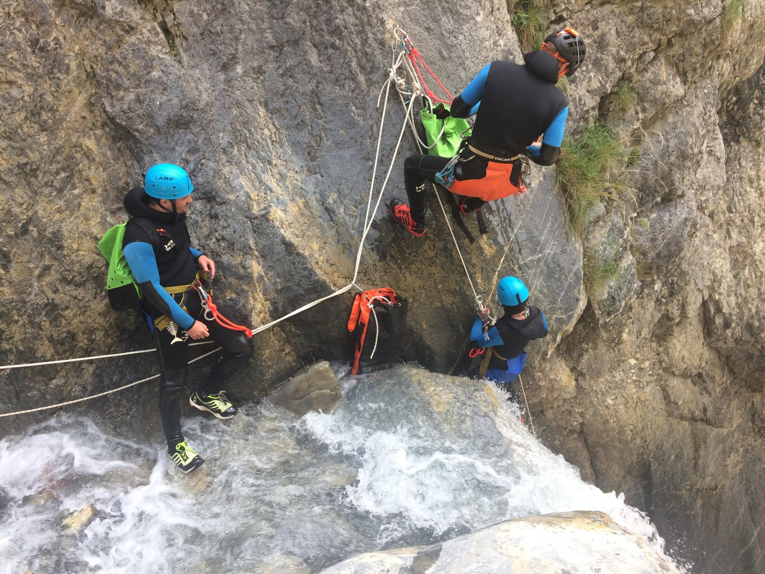 Apprentissage de l'autonomie durant un stage canyon en france et dans les Hautes Alpes