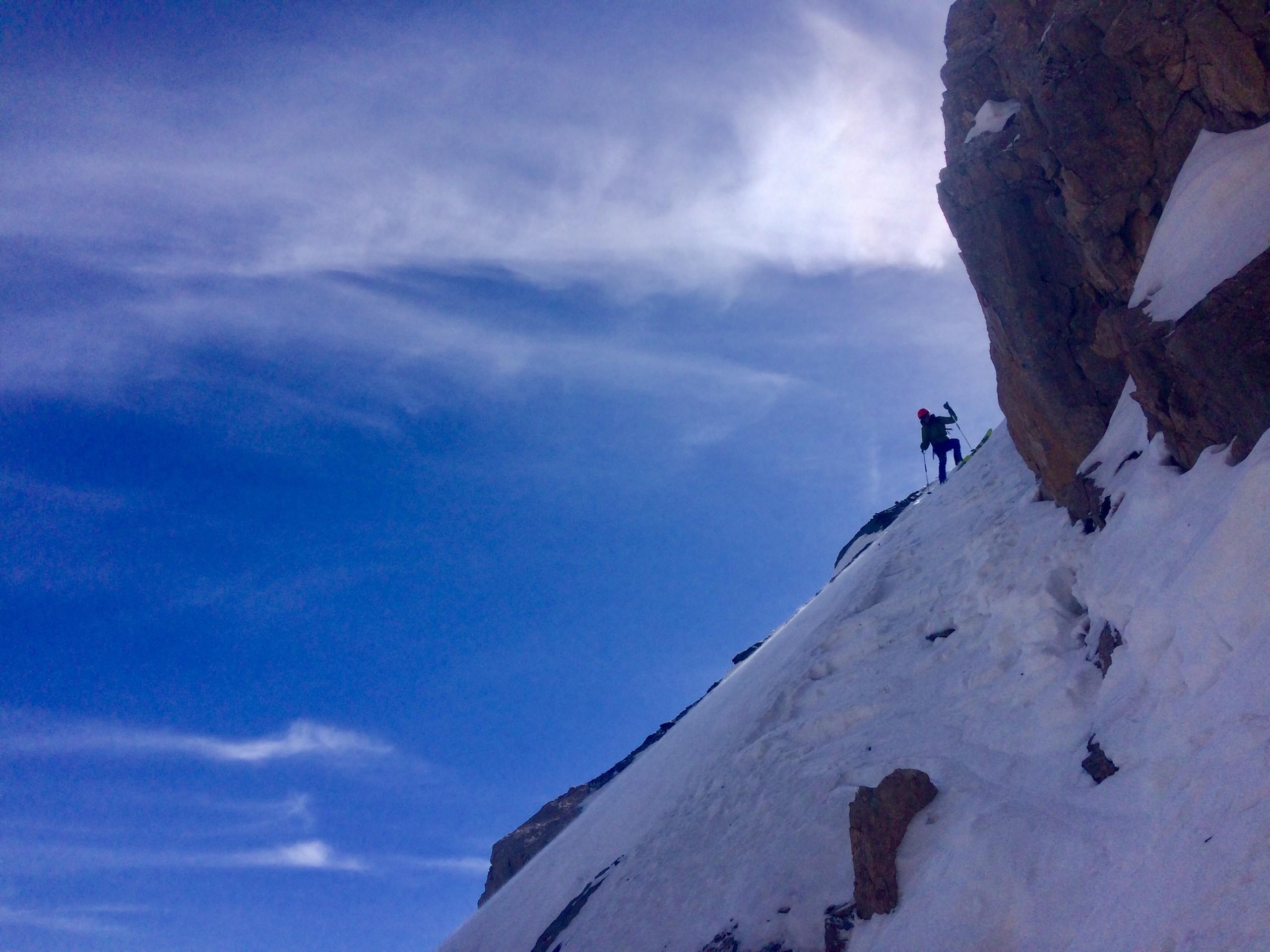 La partie raide dans l'écharpe qui contourne le pas de mixte dans la face Nord Est de la pointe de la Saume à Ceillac en ski de randonnée