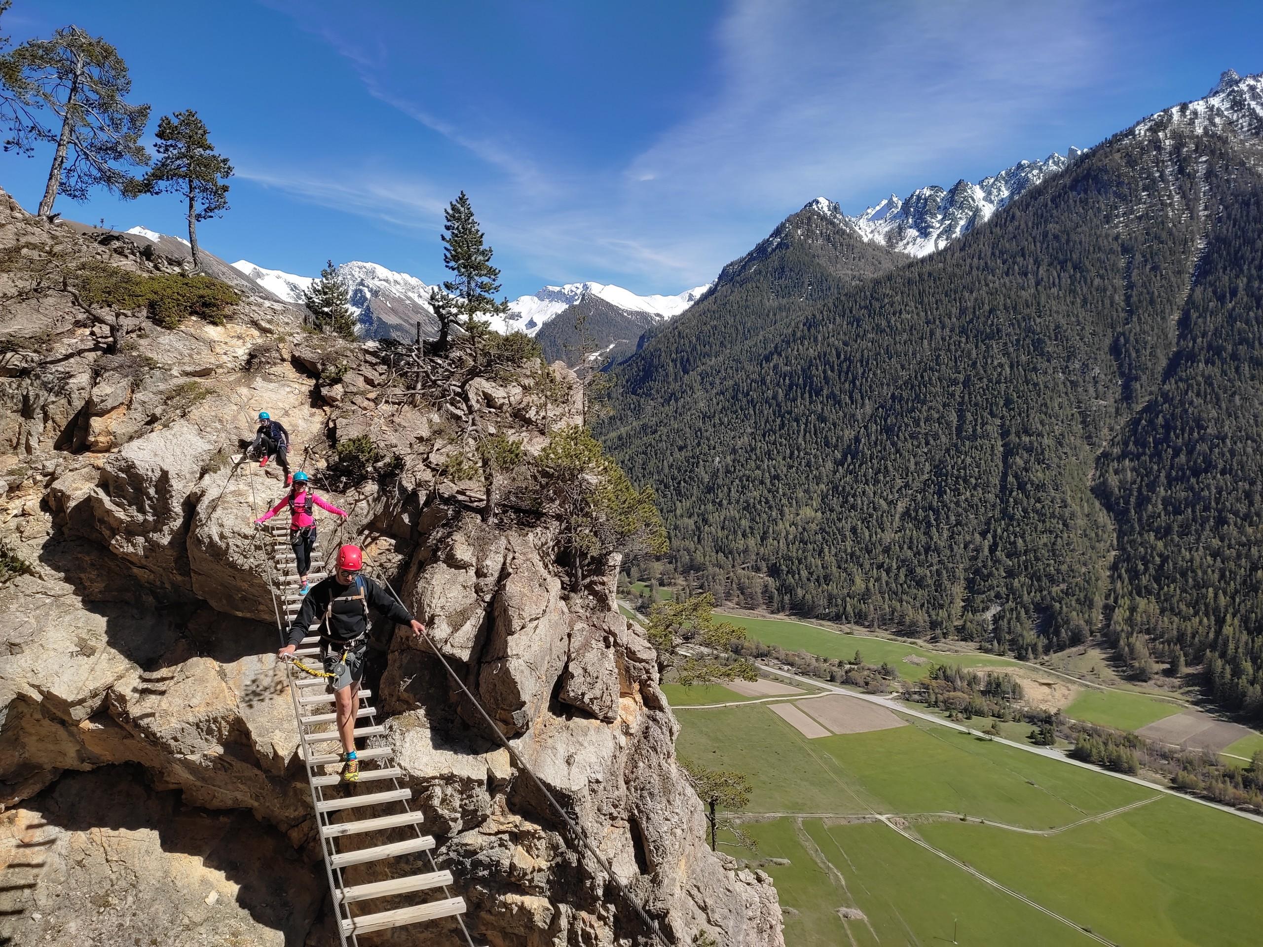 La passerelle de la via ferrata de Ceillac dans le massif du Queyras