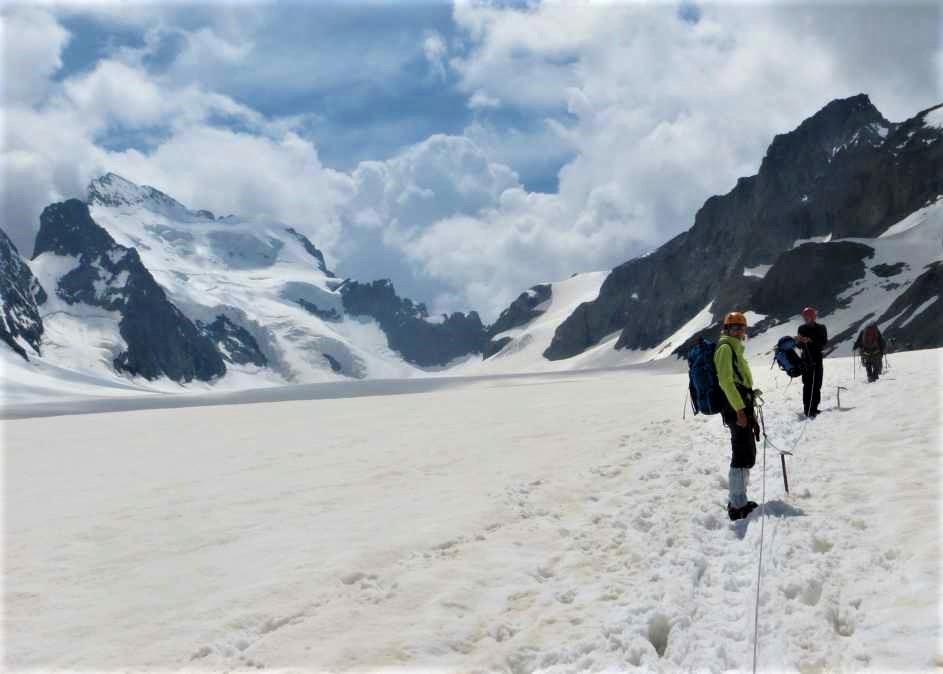 Randonnée glaciaire sur le glacier Blanc au pied de la barre des Ecrins