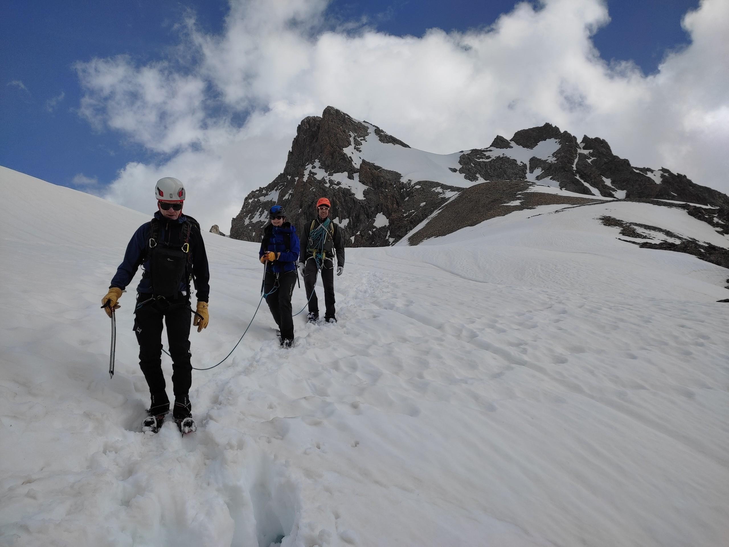 Le plateau sommitale de la voie normale du Coolidge et une cordée d'alpinisme